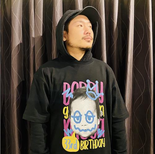 タマコの息子が33歳になる記念Tシャツ(缶バッジ付き)
